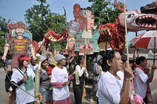 photo from protests using puppets made and held by Porong community members calling for recognition and compensation from the Lapindo mud flow disaster where over 7 villages and tens of thousands of people have been displaced due to the continuous flow of mud, reaching as high as house roof tops, caused by exploratory mining in Sidoarjo, Jawa, Indonesia.